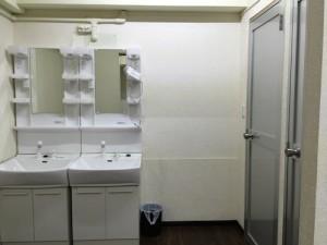 洗面化粧台×2、シャワー室×2